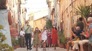 Los Reyes de España con sus hijas en las calles de Mallorca