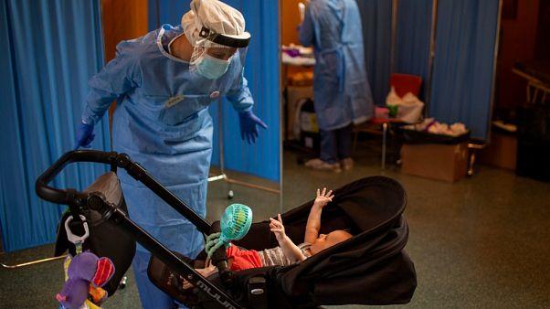 Una dottoressa, che lotta contro il Covid, gioca con una bambina