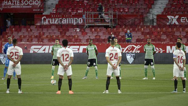 اللاعبون يقفون دقيقة صمت حدادا على ضحايا فيروس كورونا، إشبيلية، 11 يونيو 2020.