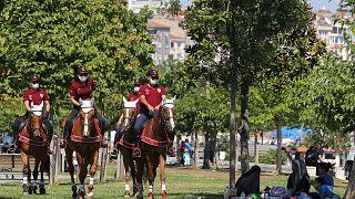 Atlı polis ekipleri Bakırköy sahilinde Covid-19 denetimi yaptı