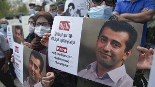 متظاهرون يحملون لافتات لإطلاق سراح محمود نواجعة في رام الله، الضفة الغربية.
