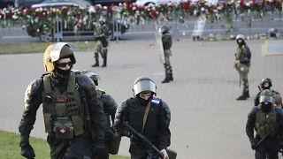 La policía protege una zona de los partidarios de la oposición que protestan por los resultados electorales en la capital de Minsk, Bielorrusia, el 11 de agosto de 2020.