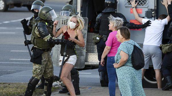Egy nő viaskodik a rohamrendőrökkel Minszkben 2020. augusztus 11-én