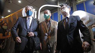 Le patron de presse pro-démocratie Jimmy, quittant un poste de police après avoir été libéré, Hong Kong le 12 août 2020