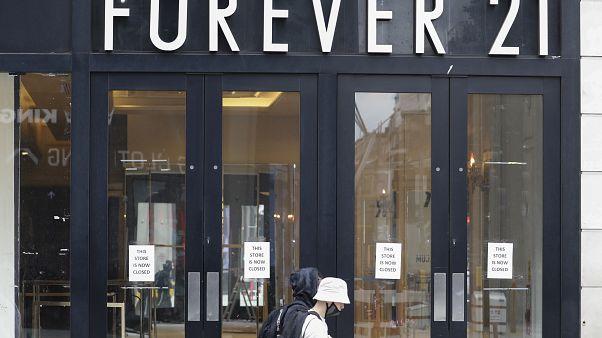 Passanten vor einer Filiale von Forever 21 in London (16.07.2020)
