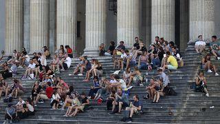Almanya'nın Münih kentinde gün batımında Glyptothek Müzesi önünde oturan vatandaşlar