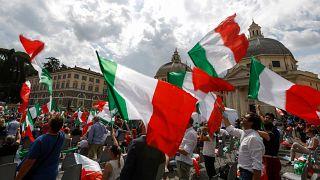 Olasz zászlók egy jobboldali gyűlésen Rómában 2020. július 4-én