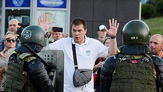 Un fermo di polizia nelle proteste di martedì
