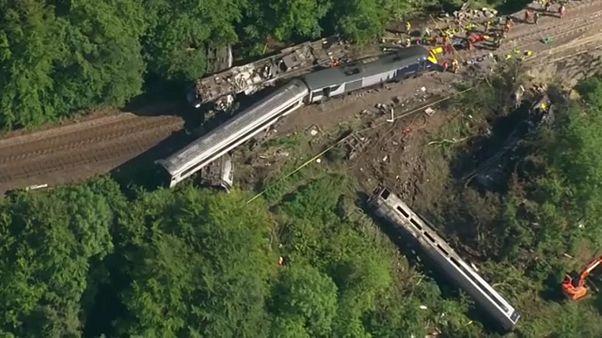 A skóciai vasúti balesetben tragédiát szenvedett vonat roncsai