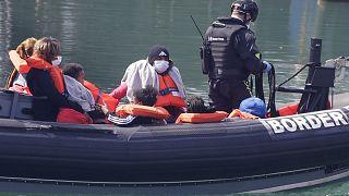 سفينة تابعة لخفر السواحل البريطانية تنقل مجموعة من المهاجرون حالوا الوصول إلى مدينة دوفر الساحلية
