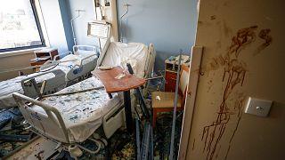 Beyrut'taki patlamada hasar gören bir hastane odası