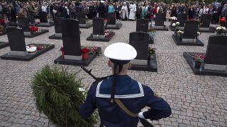 الكنيسة في سانت بطرسبرغ  تقيم قدّاساً في مقبرة القديس سيرافيم، حيث دُفن اثنان وثلاثون بحاراً من ضحايا الكارثة