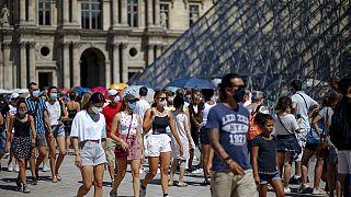Vor dem Louvre in Paris