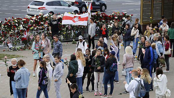 Rassemblent à Minsk, le 12 août à l'endroit où un manifestant à trouver la mort lors d'affrontements avec les forces de l'ordre