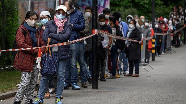 توزيع الطعام على الناس خلال أزمة كورونا