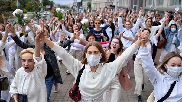 Belarus'taki protestoda kadınlar elele tutuşarak yürüdü