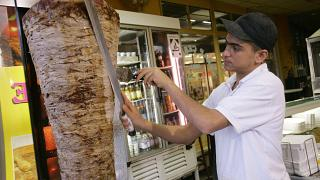 إعلان لمطعم شاورما في السعودية يظهر نساء يثير غضب سعوديين