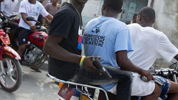 Photo d'archive : des membres de gangs patrouillent à moto dans Port-au-Prince, la capitale d'Haïti, le 22 mai 2019