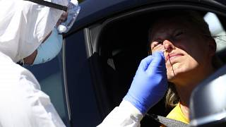 ممرض يقوم بفحص مصاب بالقرب من ميونخ ألمانيا.