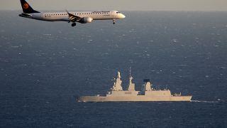 """طائرة مدنية تمر بالقرب من المدمرة الفرنسية """"فوربان"""" في المتوسط"""