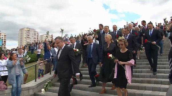 El embajador de la UE en Bielorrusia, Dirk Schuebel, encabezó un homenaje a las víctimas de la represión