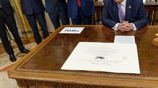 الاتفاقية التي وقّع عليها اليوم على مكتب ترامب في البيت الأبيض