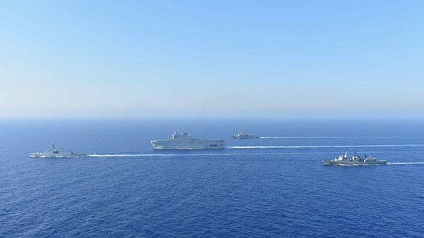 Embarcações gregas e francesas no Mediterrâneo