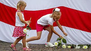 Mädchen in Frankfurt bei Protest für die Opposition in Belarus