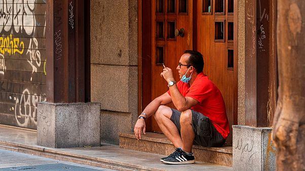 Covid-19 nedeniyle İspanya'da dışarıda sigara içmek yasaklanıyor