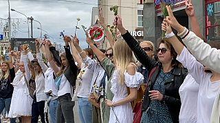 Des femmes protestant dans les rues de Minsk