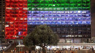 أضاءت بلدية تلّ أبيب مقرّها بالعلم الإماراتي بعد الإعلان عن الاتفاق