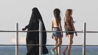 البيكيني جنباً إلى جنب النقاب في مصر