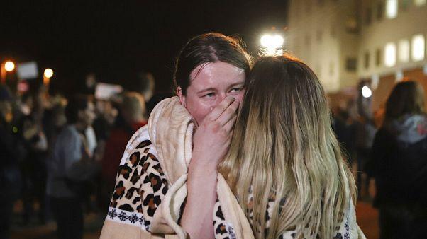 Una madre riabbraccia sua figlia all'uscita da un centro di detenzione