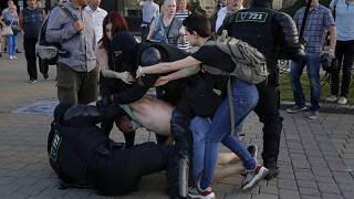 Силовики задерживают протестующего.