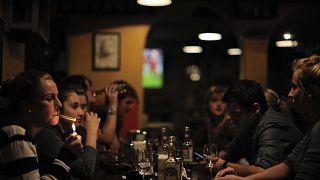 Jóvenes en un bar de Pamplona
