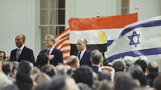 الرئيس الأمريكي جيمي كارتر ، والرئيس المصري أنور السادات، ورئيس الوزراء الإسرائيلي مناحيم بيغن قبل توقيع معاهدة السلام بين إسرائيل ومصر في البيت الأبيض، 26 آذار/مارس 1979