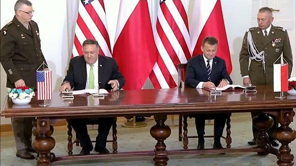 La firma tra Pompeo e il ministro della Difesa polacco