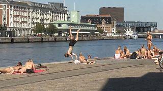 Veraneantes en el puerto de Copenhague