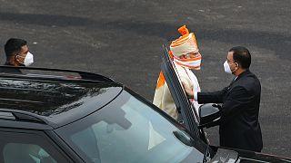 Hindistan Başbakanı Modi Bağımsızlık Günü tören alanına koronavirüse karşı yüzünü bir eşarpla kapatarak geldi