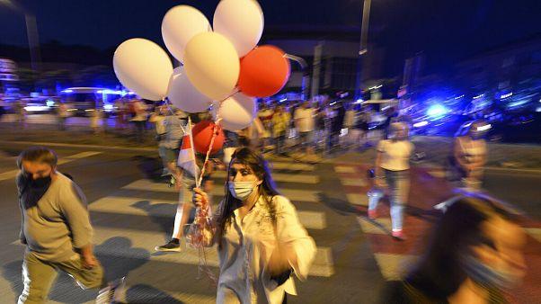 Menschen in Warschau auf dem Weg zu einer Demonstration gegen Lukaschenko