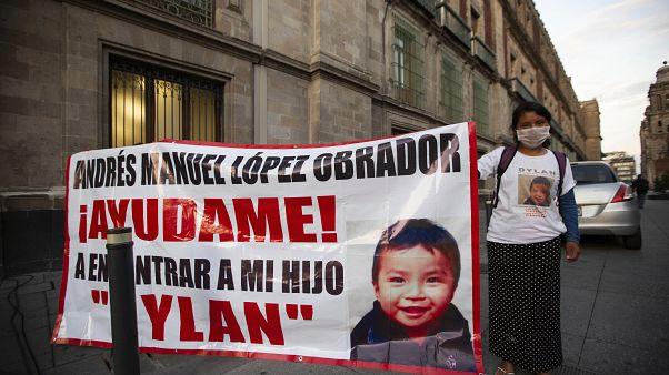 La madre de Dylan, Juana Pérez, manifestándose ante el Palacio Nacional para pedir que buscasen a su hijo