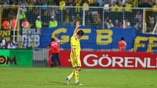 Fenerbahçe'nin tecrübeli futbolcusu Emre Belözoğlu 39 yaşında futbolu bıraktı