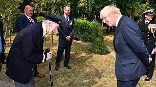 Boris Johnson cumprimenta um veterano da II Guerra Mundial