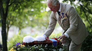 Принц Чарльз возлагает венок к мемориалу павшим британцам во время Второй мировой войны