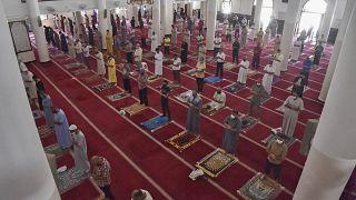 مسلمون يصلون صلاة الظهر في مسجد الفتح بالجزائر