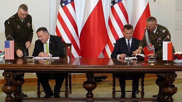 وزير الخارجية الأمريكي مايك بومبيو ووزير الدفاع البولندي ماريوش بلاشتاك يوقعان اتفاقية التعاون الدفاعي في القصر الرئاسي في وارسو، السبت 15 أغسطس 2020