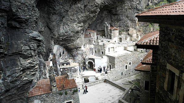 شاهد: دير سوميلا التركي يعيد فتح أبوابه لإقامة قداس انتقال العذراء