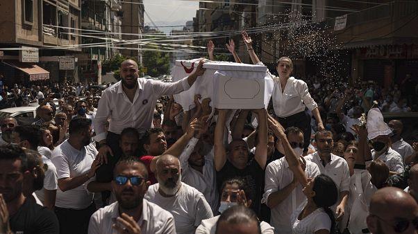 شاهد: آلاف يشيعون رالف ملاحي أحد رجال الإطفاء الذين قضوا بانفجار بيروت