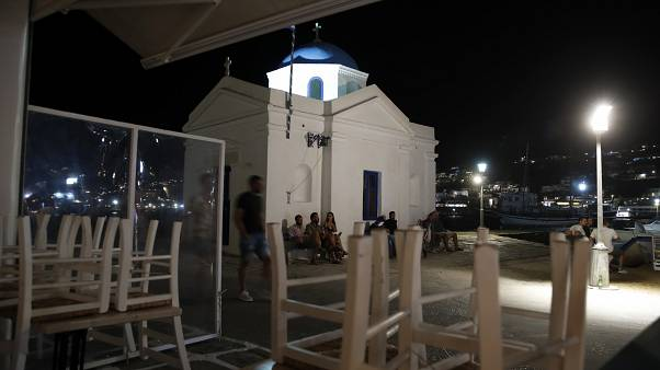 Kötelező éjféli záróra a görögországi Mikonoszon a koronavírus miatt