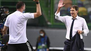 مدرب ليون رودي غارسيا يحتفل مع لاعبيه بفوز فريقه في مباراة ربع نهائي دوري أبطال أوروبا ضد مانشستر سيتي في لشبونة، البرتغال